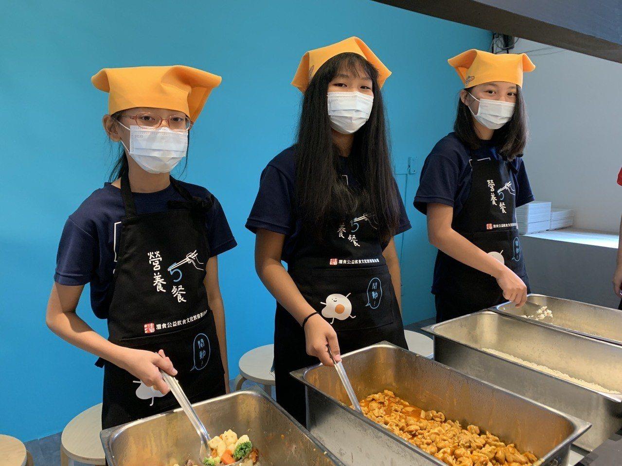 灃食教育基金會今與教育部在新北市樹林育德國小簽「三年百校計畫」,學生可吃到5位主...