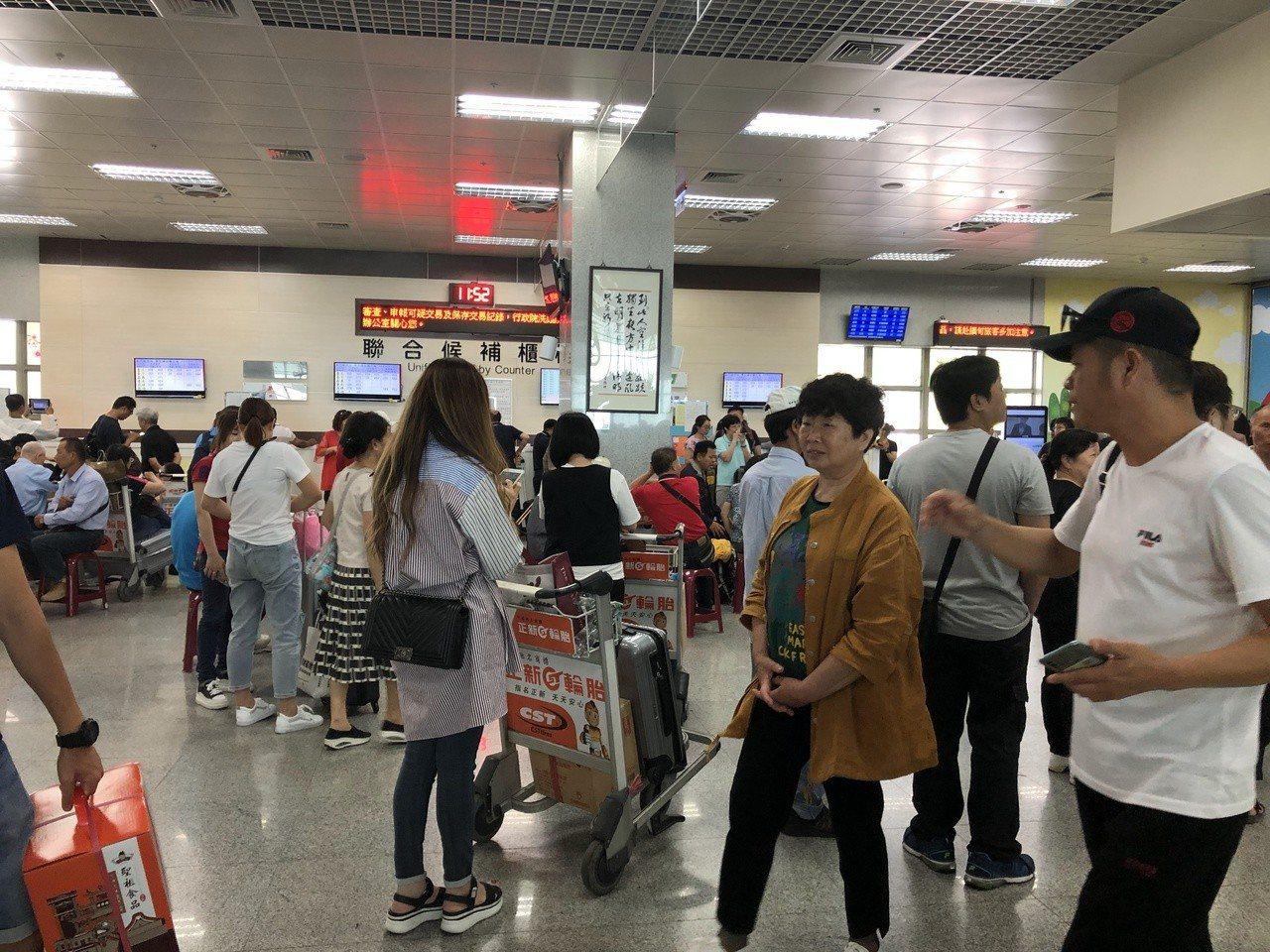 金門尚義機場今天大爆滿,聯合候補中心前擠滿人。記者蔡家蓁/攝影