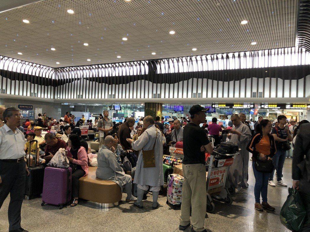 金門尚義機場今天大爆滿,到處都坐滿滯留旅客。記者蔡家蓁/攝影