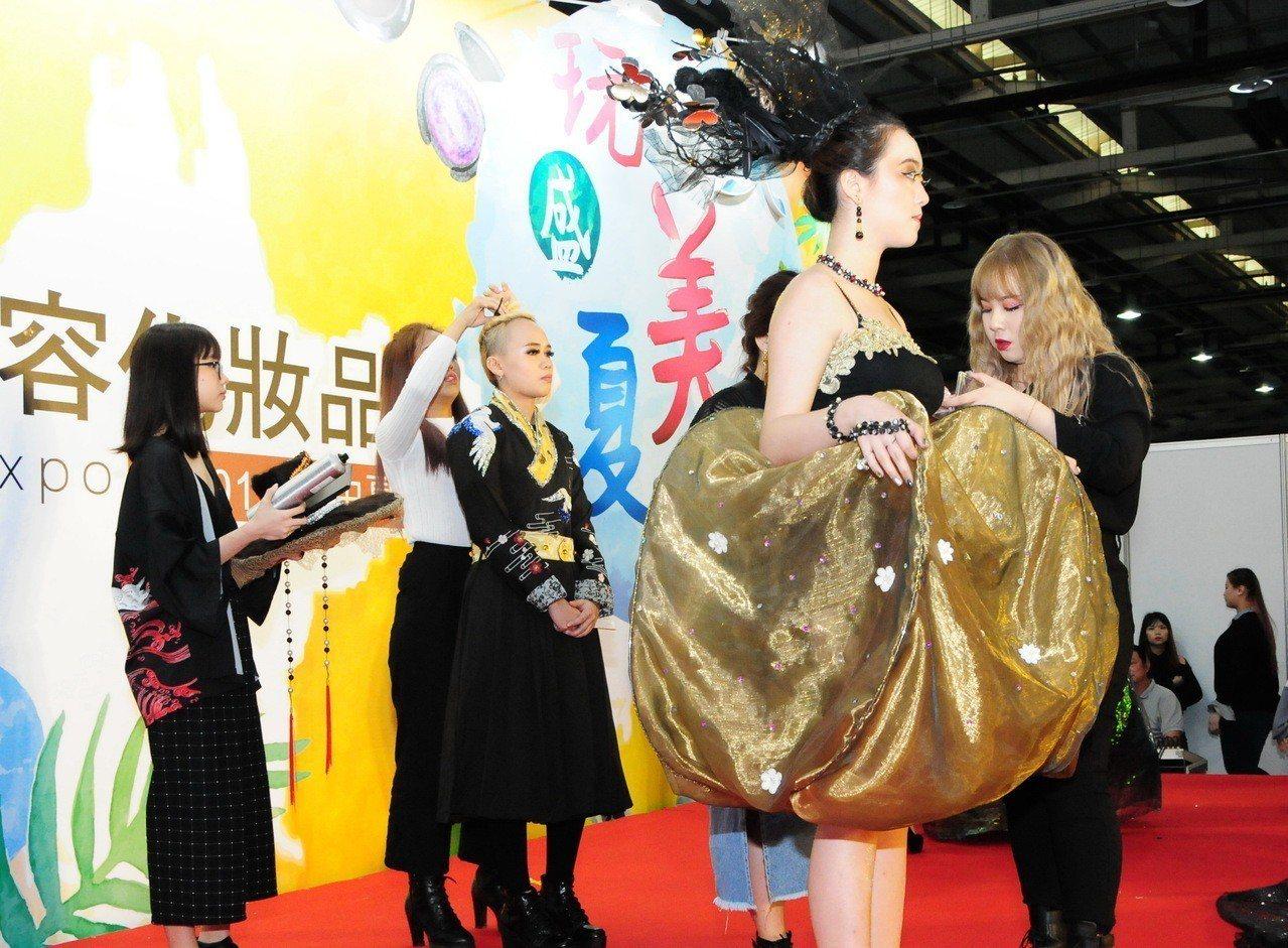 靜宜大學海青班學生以「亞洲塗鴉」為題,融合各國元素在彩妝與服飾上表現,成果展非常...