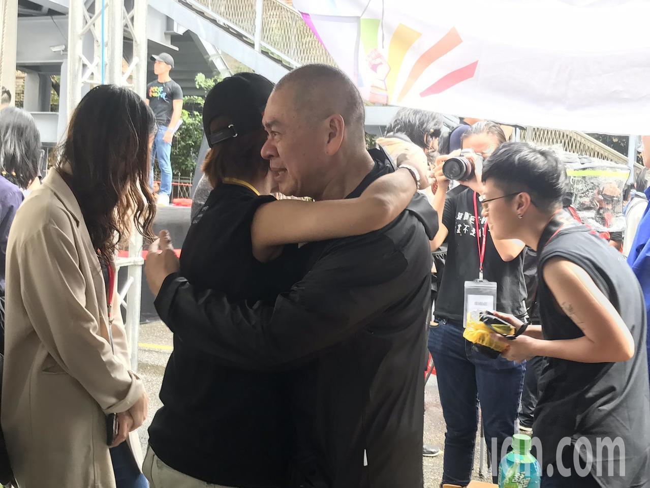 知名導演蔡明亮(右)今下午現身挺同婚現場,與工作人員互相擁抱。記者葉冠妤/攝影