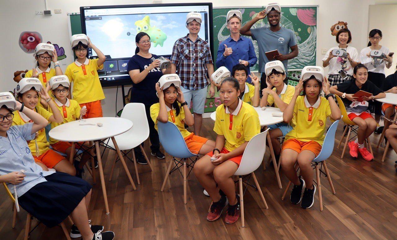 外師與學生一同體驗VR體感科技。記者徐如宜/攝影