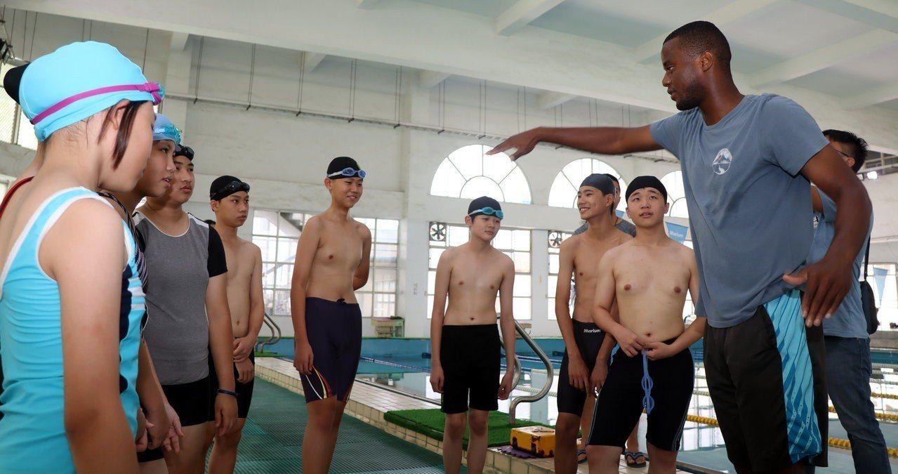 過埤國小英語村外師Daryl老師(前右),是紅十字會游泳最高級救生訓練員,以英語...