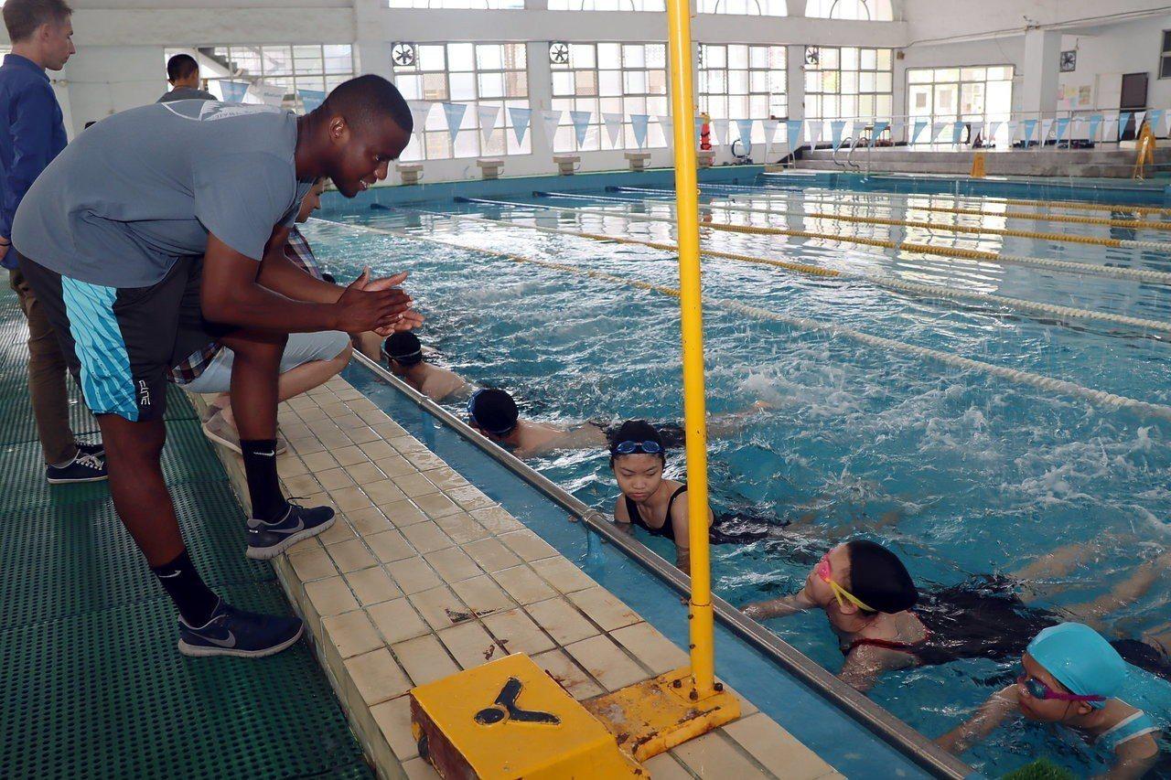 過埤國小英語村外師Daryl老師(左),是紅十字會游泳最高級救生訓練員,以英語教...