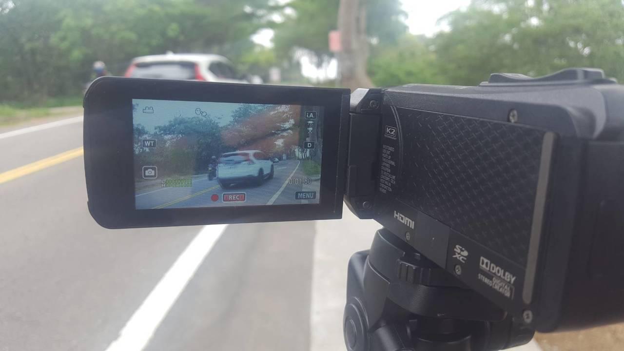 彰化縣議員張雪如質疑警方針對交通違規訂有績效評比,但縣警局局長方仰寧否認,往後會...