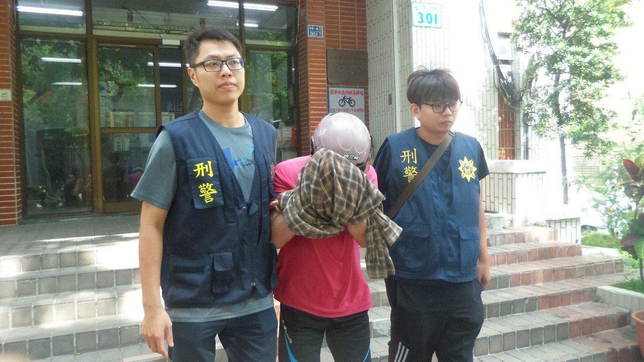戴姓男子(中)今天下午由警方押解高雄地檢署。記者林保光/攝影