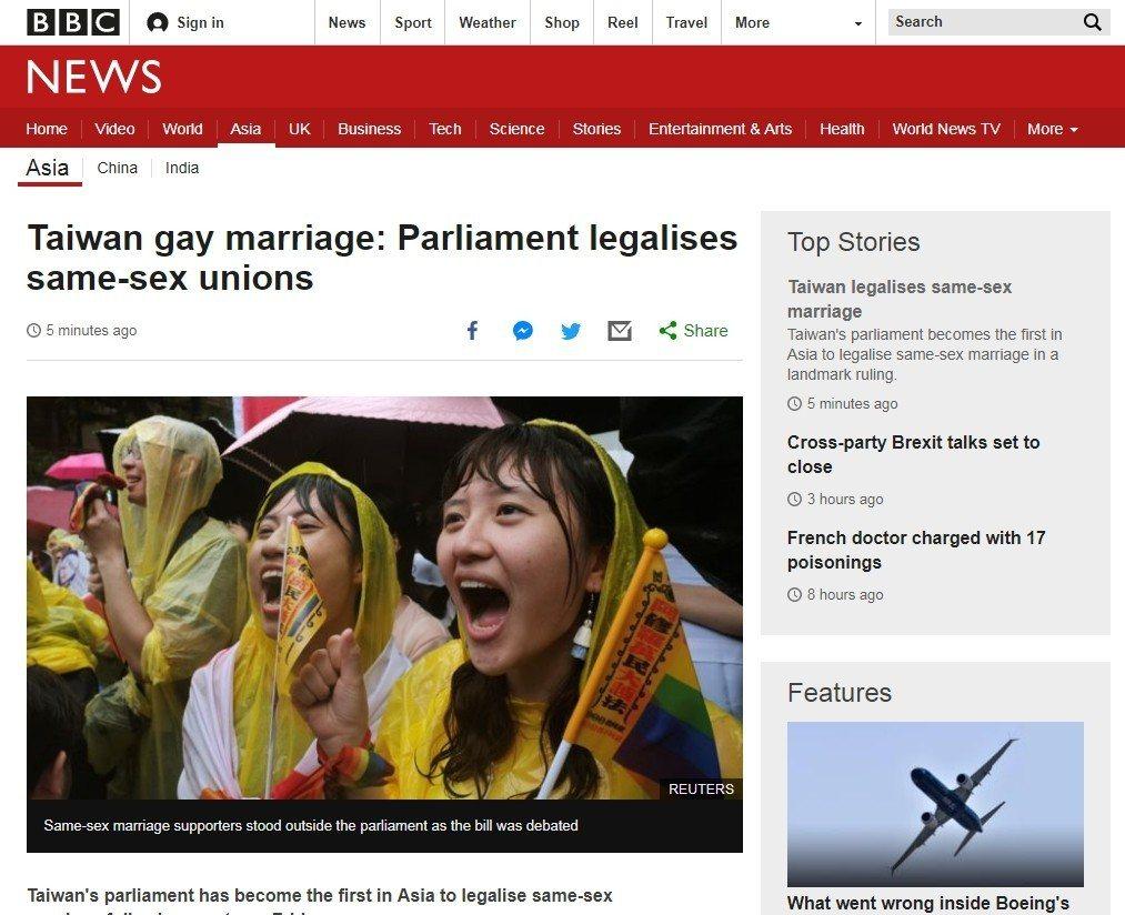 英國BBC網站首頁以頭版報導台灣立法院通過同志婚姻專法。圖擷自BBC