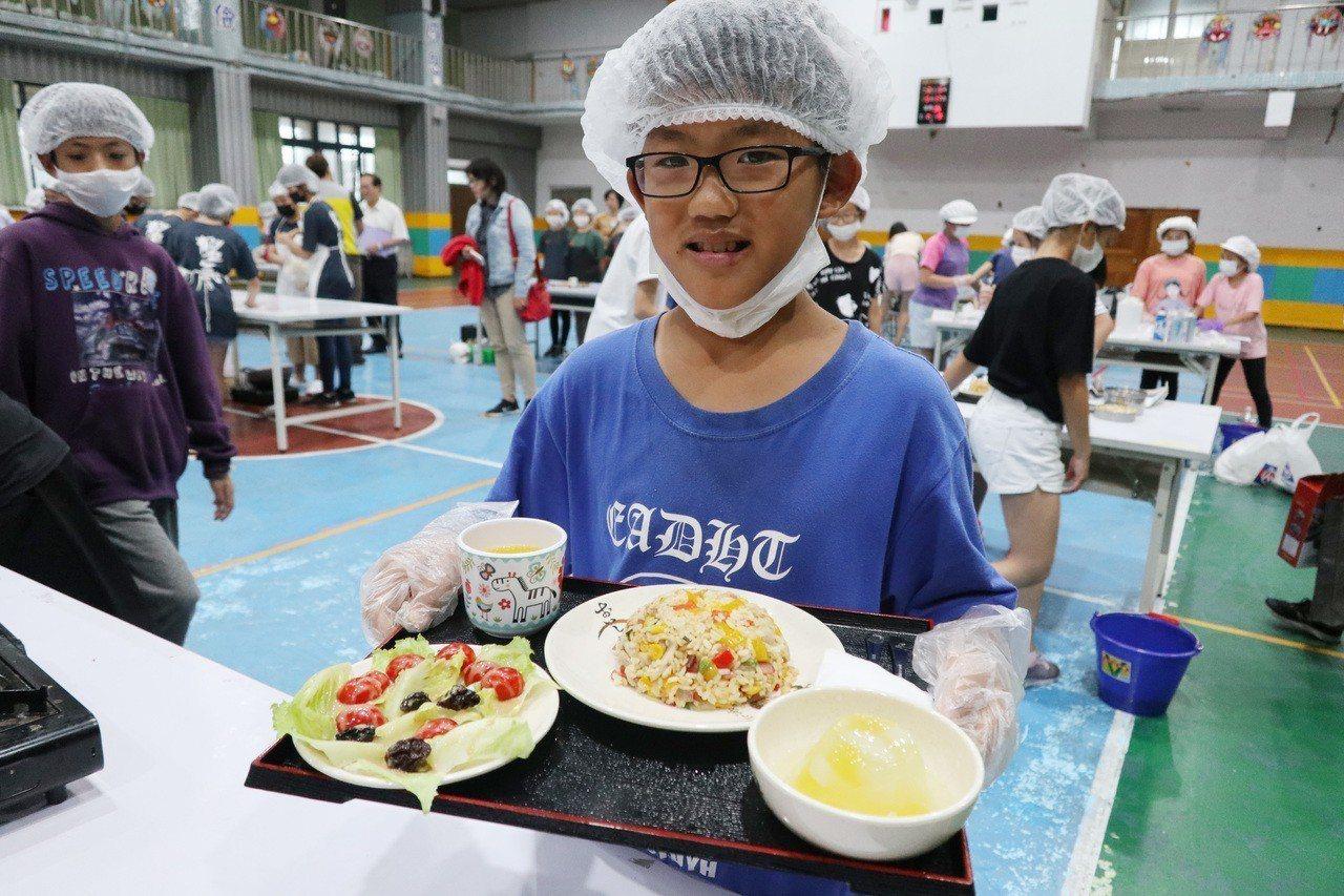 「小小廚神」飛機餐創意料理競賽,今日上午於桃園市大園國小學生活動中心舉行。記者許...