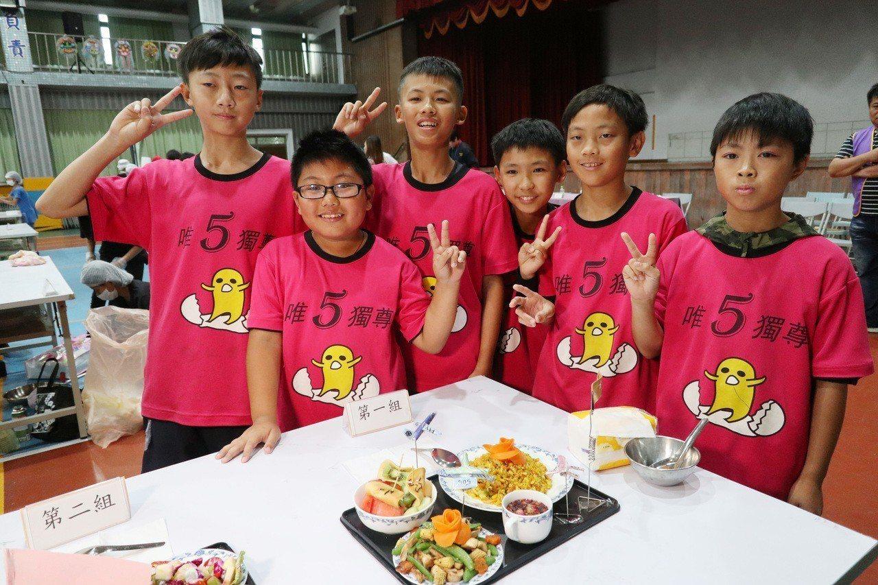 桃園市大園國小五年級同學設計「505飛機餐」,當中設計咖哩海鮮炒飯、炒時蔬,並搭...