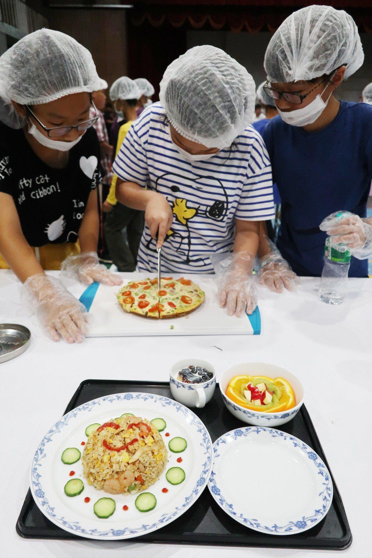 「小小廚神」飛機餐創意料理競賽,今日上午於桃園市大園國小學生活動中心舉行,參與競...