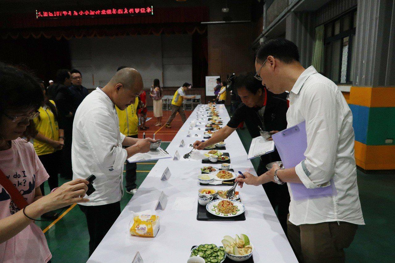 為提升比賽的專業性,比賽由華膳空廚、桃禧航空城酒店、大興高中的專業人員擔任評審。...
