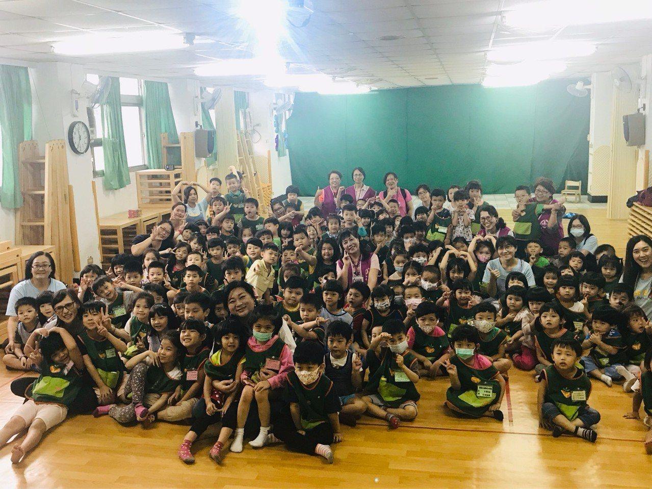 基隆市長夫人吳秋英今天變身故事媽媽,到市立過港幼兒園為235位幼童講故事,她把「...