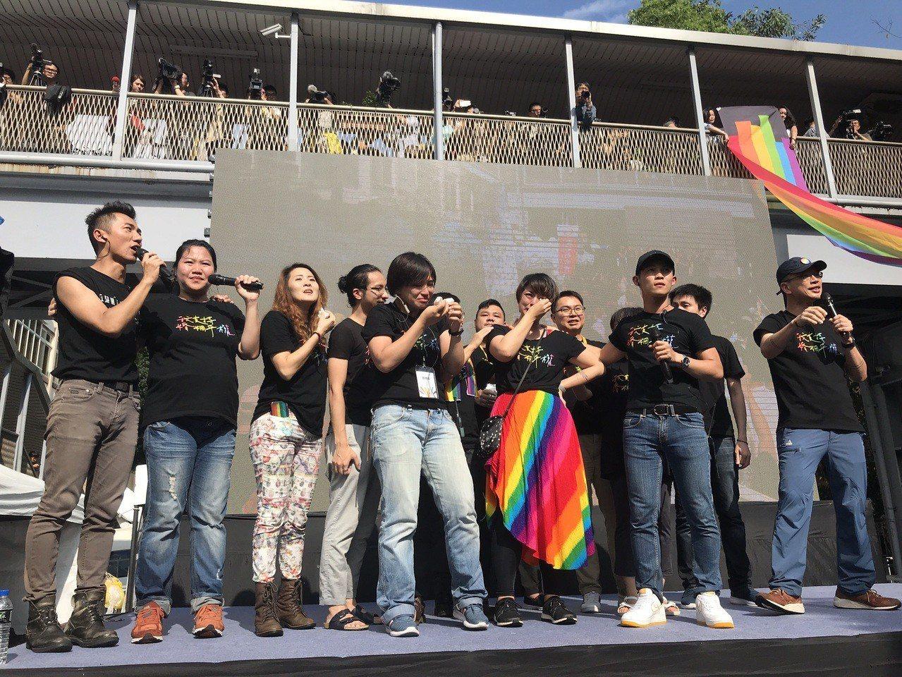 同婚專法三讀通過後,婚姻平權大平台工作人員在舞台上喜極而泣。記者葉冠妤/攝影