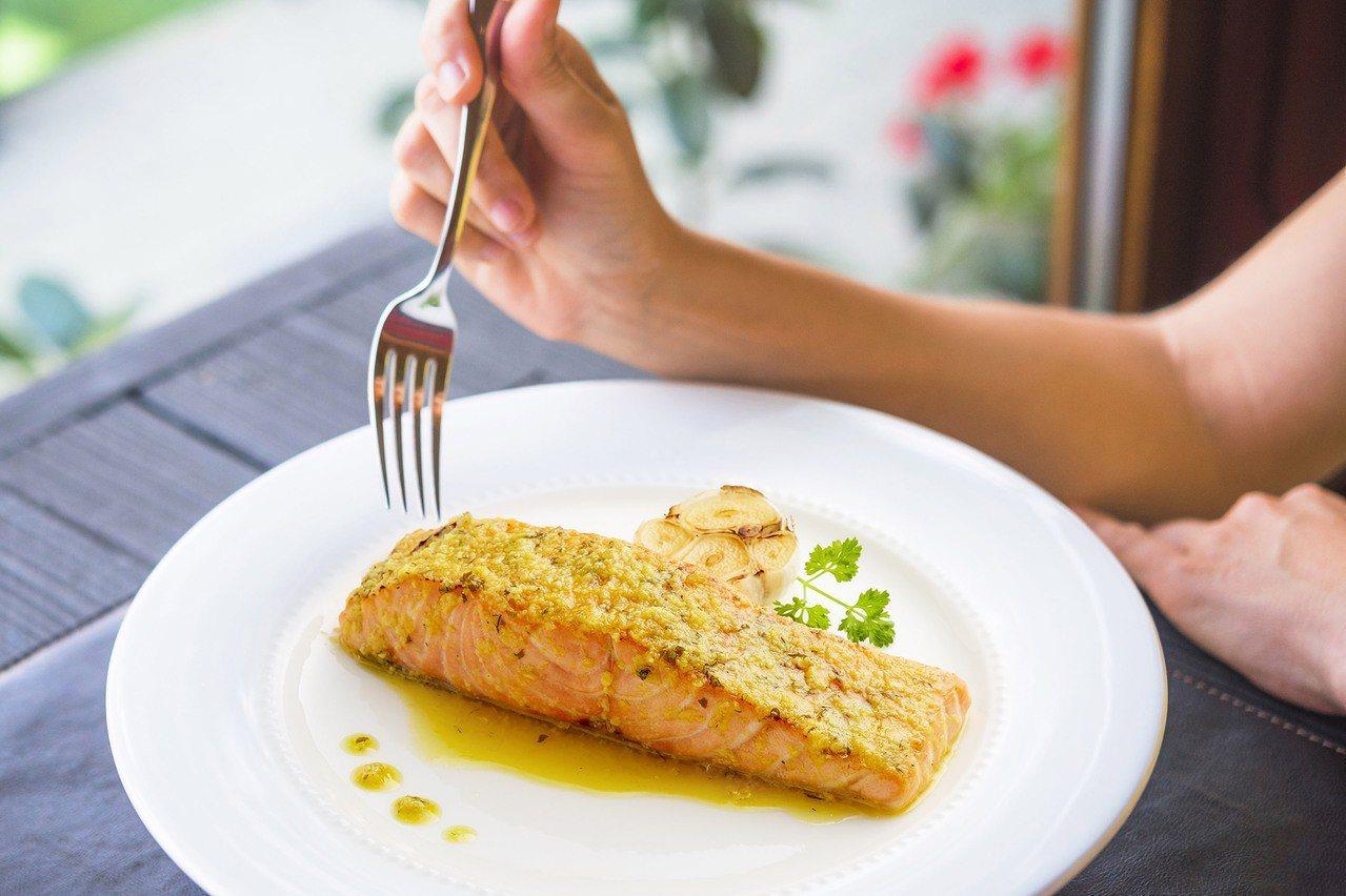 美威鮭魚「精選鮭魚菲力輕鬆烤」系列─「法式香蒜」口味,強調24小時方便購買、15...