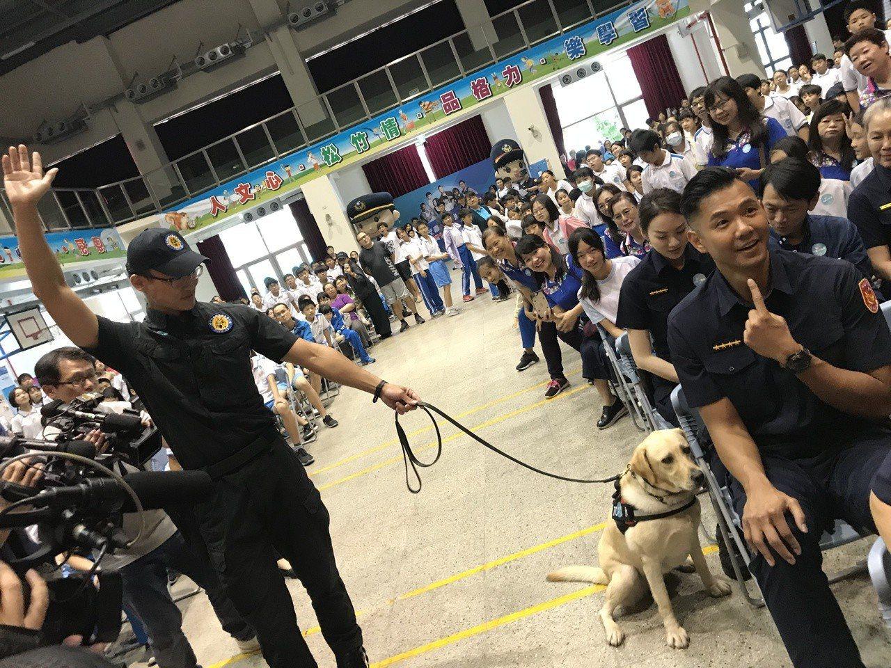 台中市警察局警犬隊警犬訓練有素,現場追蹤到黑人陳建州的所在位置。記者林佩均/攝影