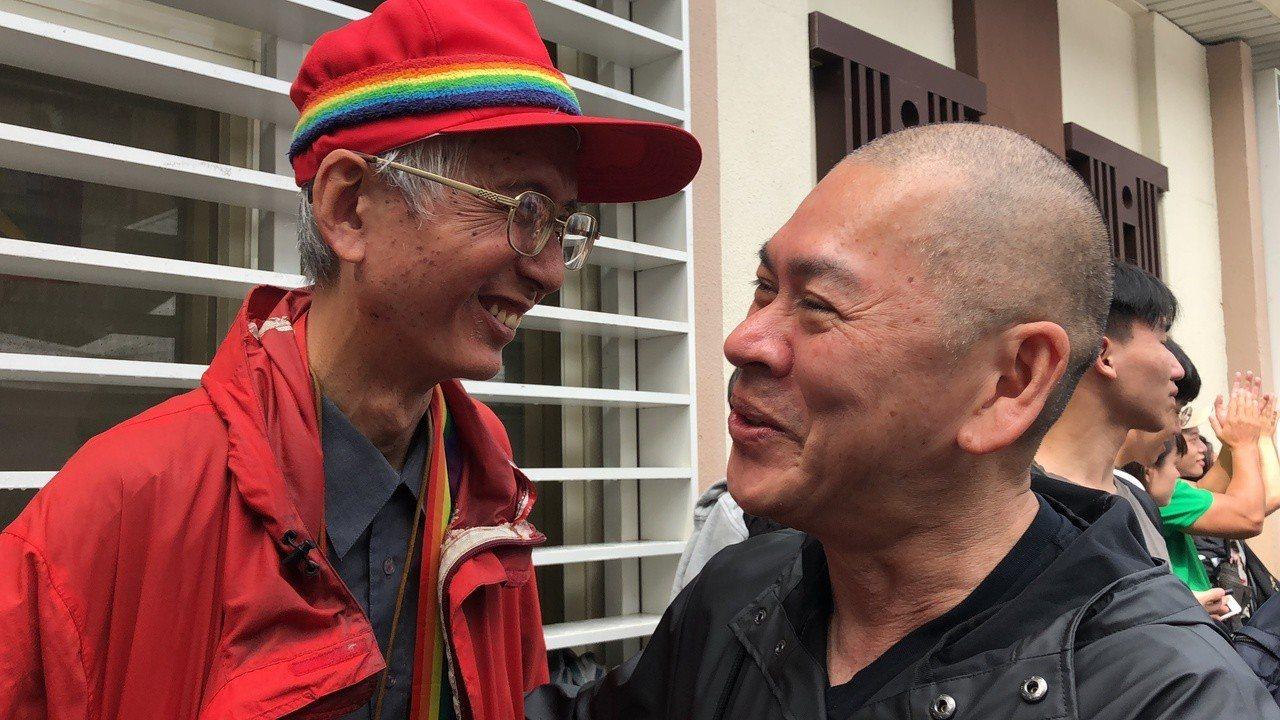 圖為今日導演蔡明亮(圖右)和同志運動前輩祁家威(圖左)擁抱。 聯合報系記者何定照...