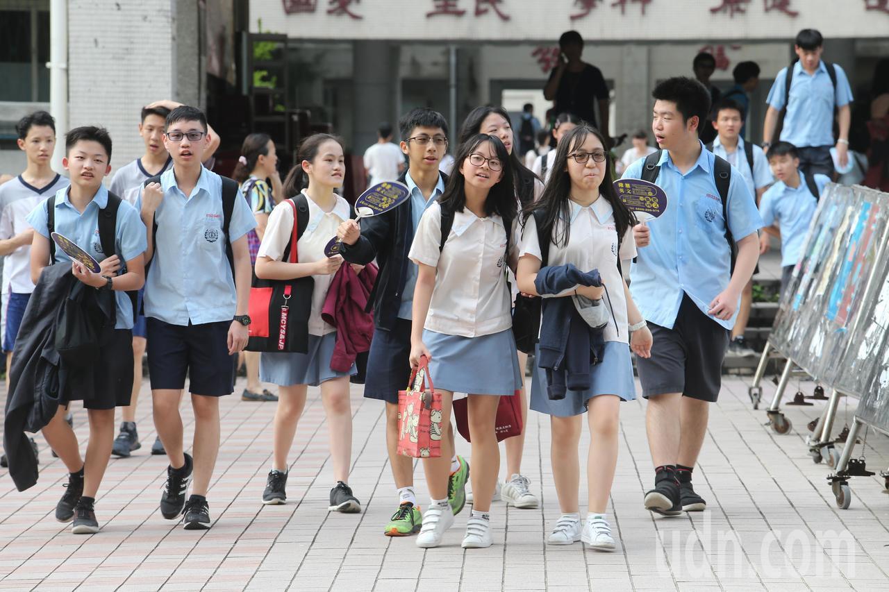 國中會考即將登場,下午開放考生查看試場,考生前往應試的學校,觀看考場位置。記者許...