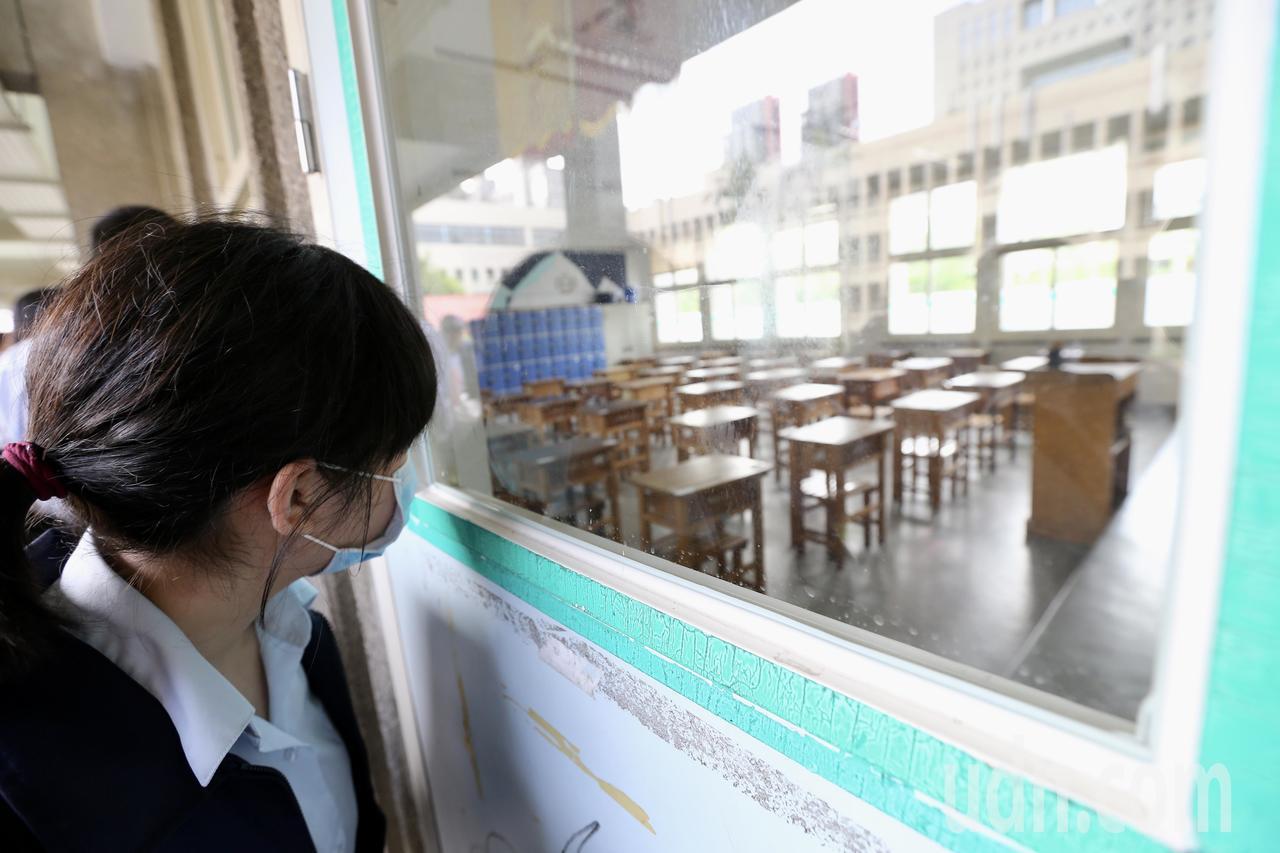國中會考即將登場,下午開放考生查看試場,為避免影響考場秩序,考生只能透過窗戶牢記...