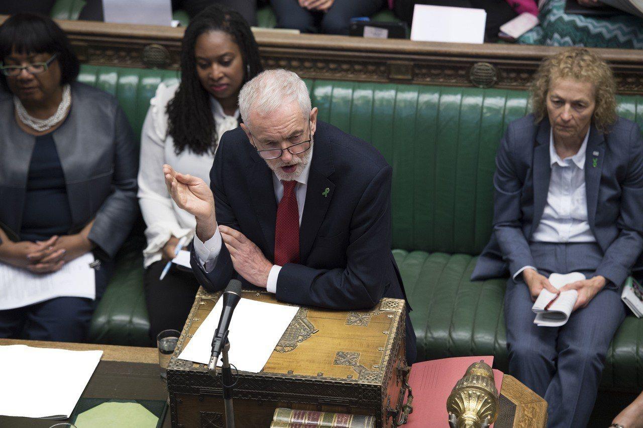 工黨黨魁柯賓15日出席首相每周答詢會議。(新華社)