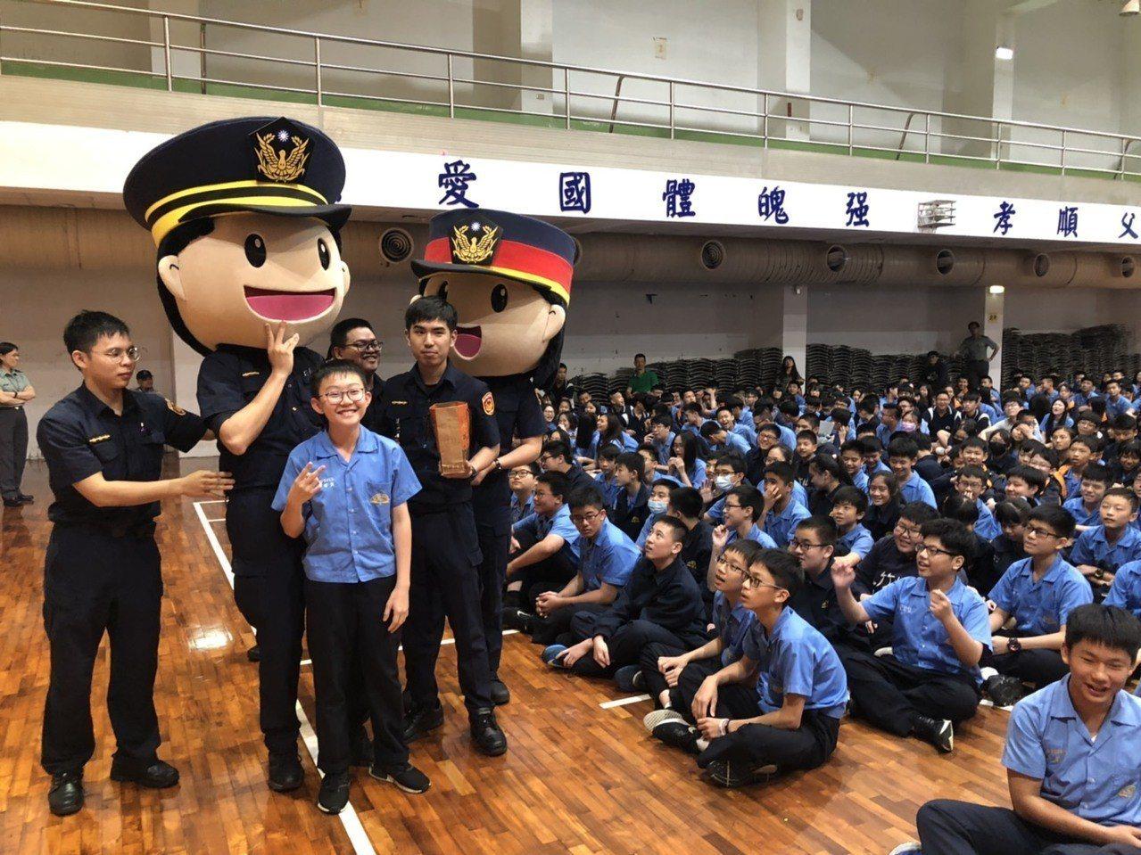 新北市中和警分局今天邀請藝人蘇哥哥、阿布、逸祥、瑪莉亞擔任主持人,在私立竹林中學...