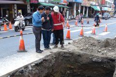 高雄六合路塌陷處查不出原因 高市府下午先封填