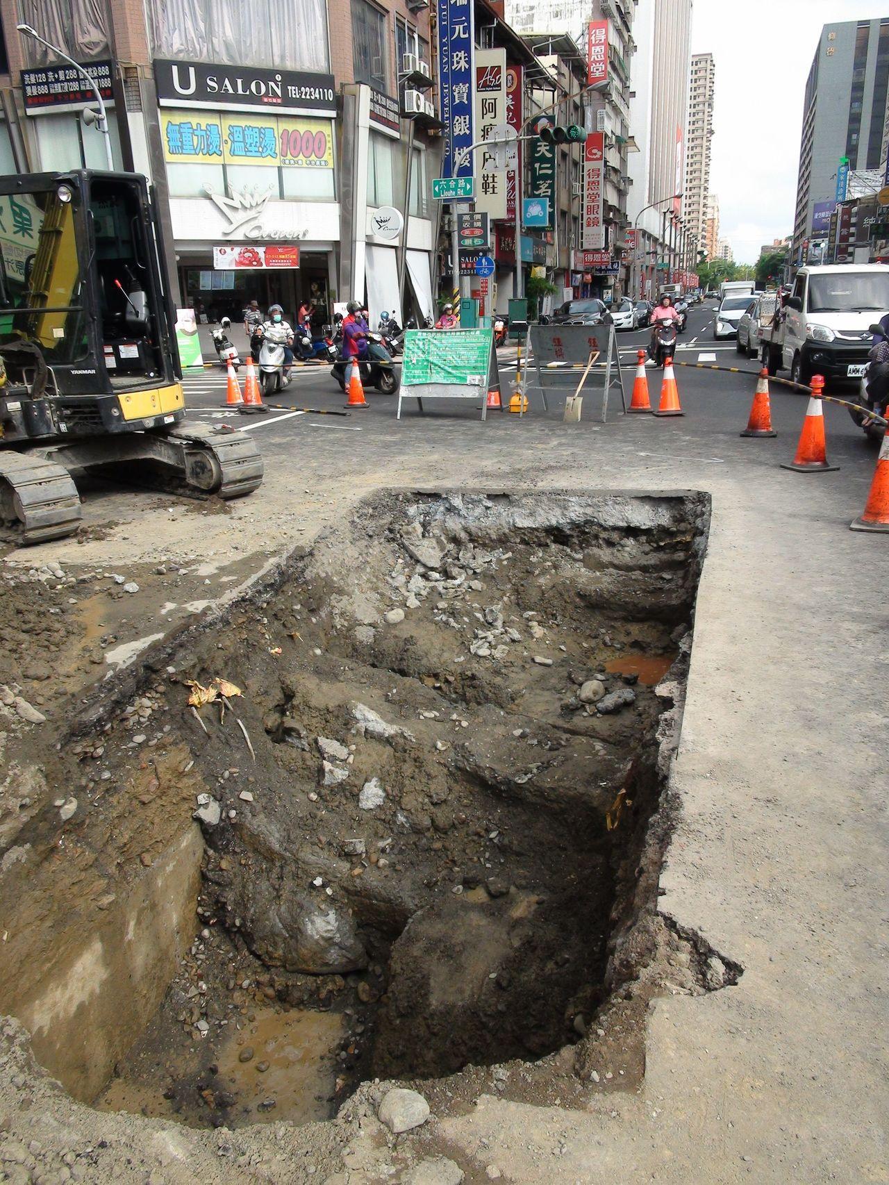 高雄市養護工程處今天上午到現場開挖,初步研判是地底下有個不明的坑洞,才會導致剛鋪...
