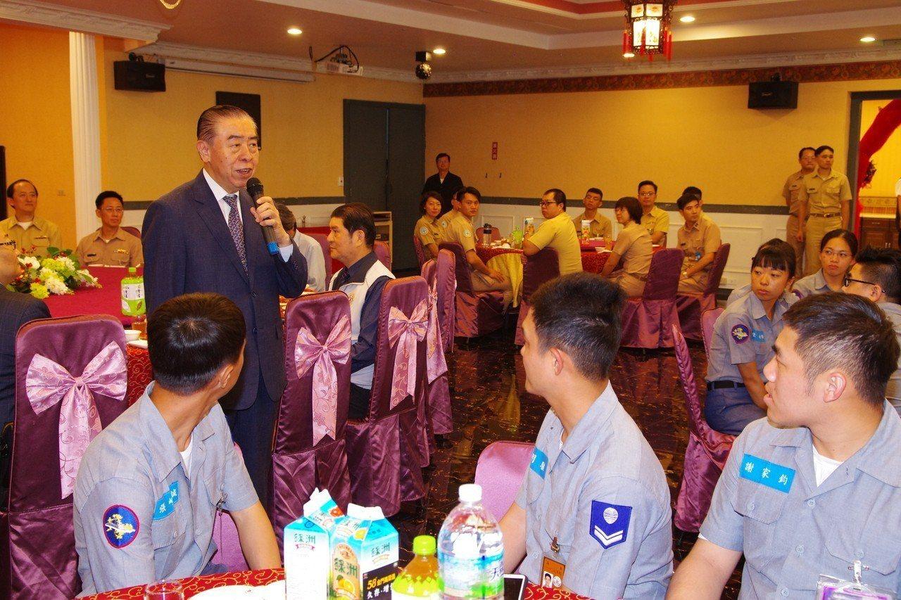 5月14日,軍友社在左營四海一家宴請海軍官兵。記者程嘉文/攝影