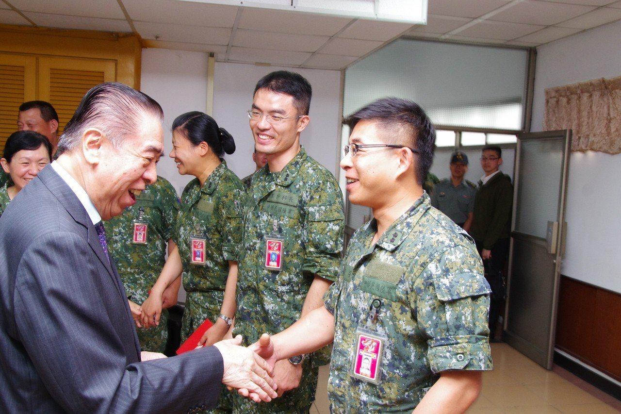 5月16日,軍友社理事長李棟樑赴關指部慰問。記者程嘉文/攝影