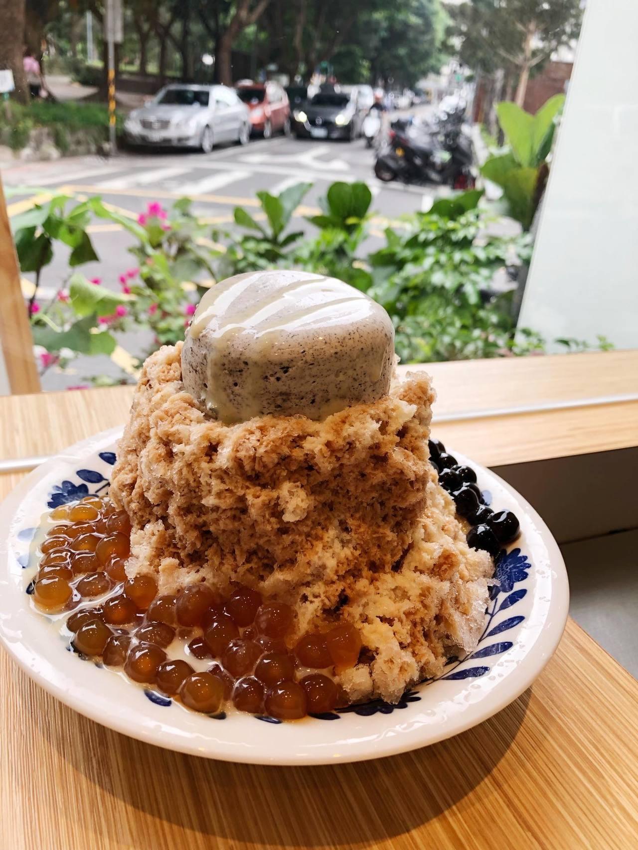 「珍珠奶茶冰」上有芝麻奶酪,是IG打卡熱門冰品。圖/春美冰菓室 提供