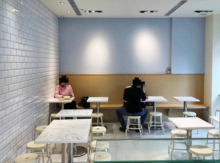 「春美冰菓室」內用位子走清爽的白色系風格。圖/春美冰菓室 提供
