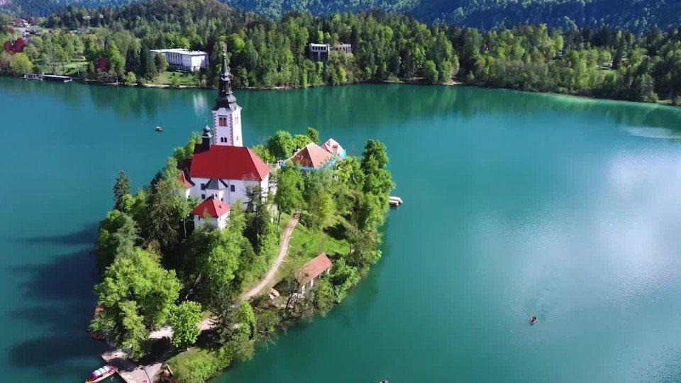 透過空拍機的鏡頭欣賞位於斯洛維尼亞的布萊德島(Blejski otok),像是鑲...