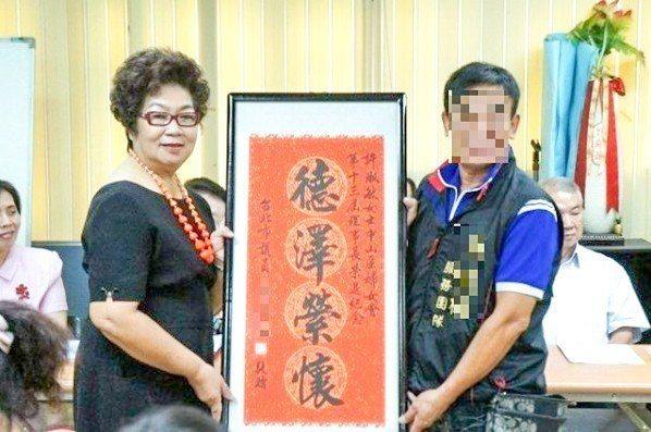 台北市婦女會常務理事許淑敏(左)去年駕車撞死王姓工程師,與死者家屬達成920萬元...