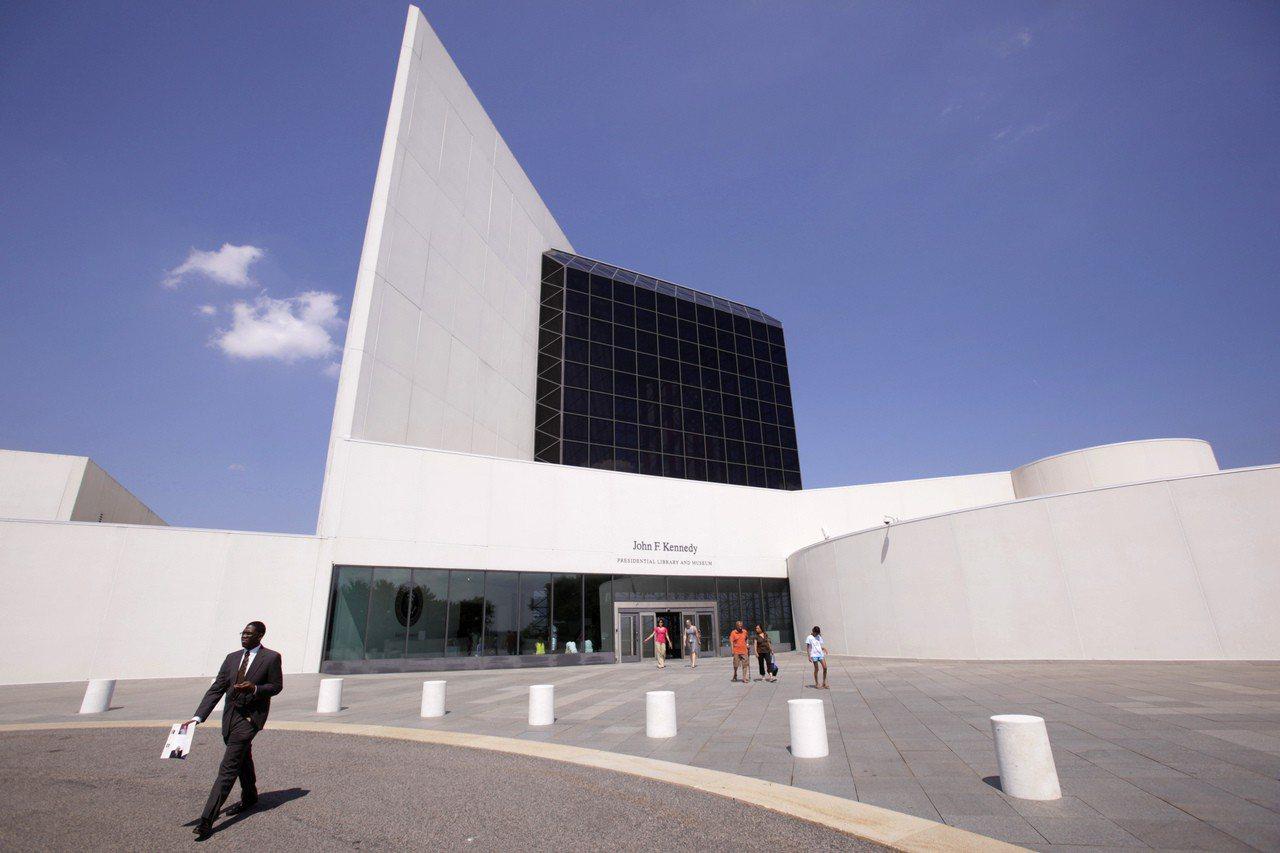 位於美國麻州波士頓近郊的甘迺迪圖書館,是貝聿銘的知名作品之一。(美聯社)
