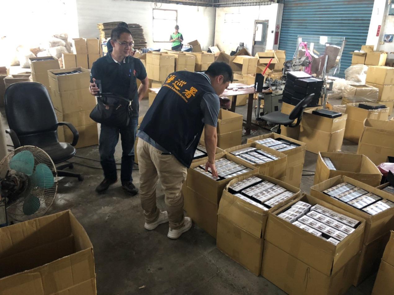 海巡署偵防分署台中查緝隊日前在彰化縣二林鎮查獲一處地下私菸工廠。記者余采瀅/翻攝