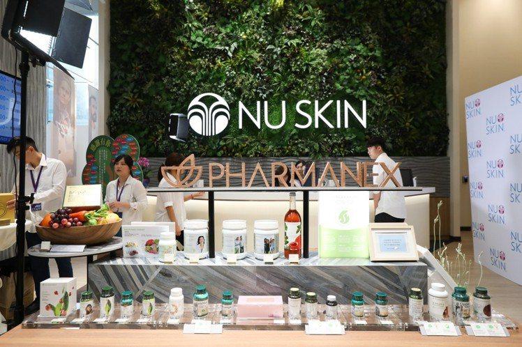 NU SKIN如新生活台北旗艦館打造6米高的仿生植物牆,創造豐盈綠意的視覺紓壓感...