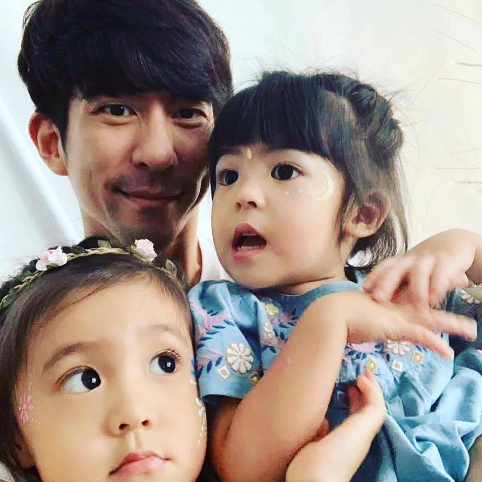 修杰楷抱著女兒咘咘、Bo妞。圖/摘自臉書
