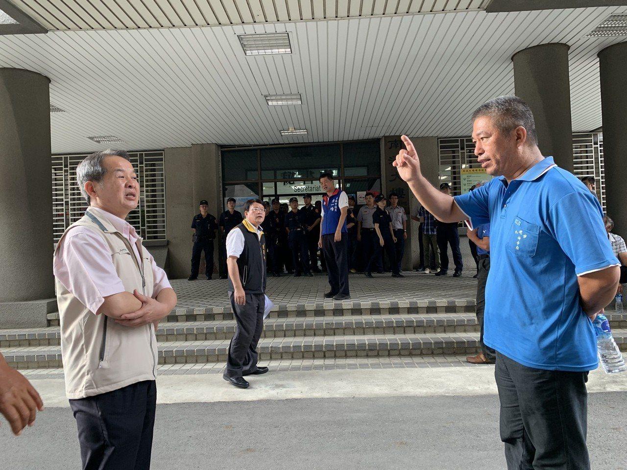 台南市府今在民治中心召開漁電共生專區審查會,七股漁民前往關心。記者吳淑玲/攝影