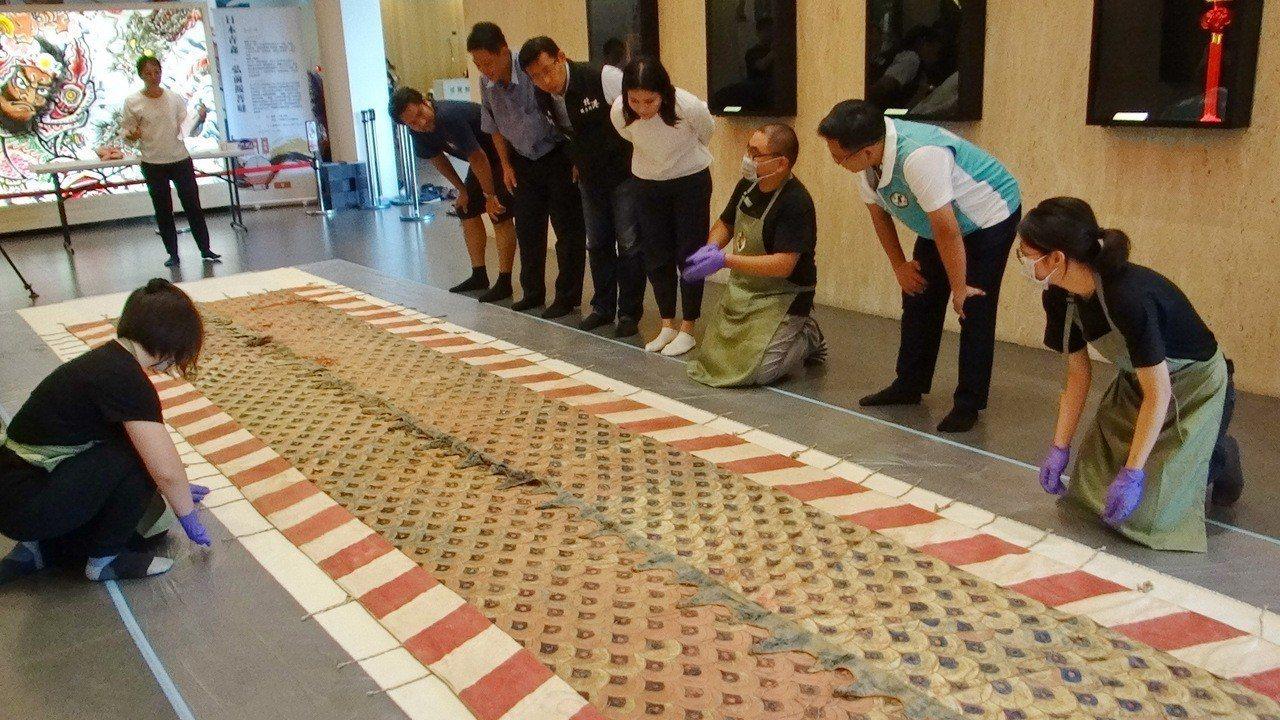 早年台灣規模較大的北港飛龍團,收藏一件純手工繡製的百年龍皮,工法細緻,連繡線都是...