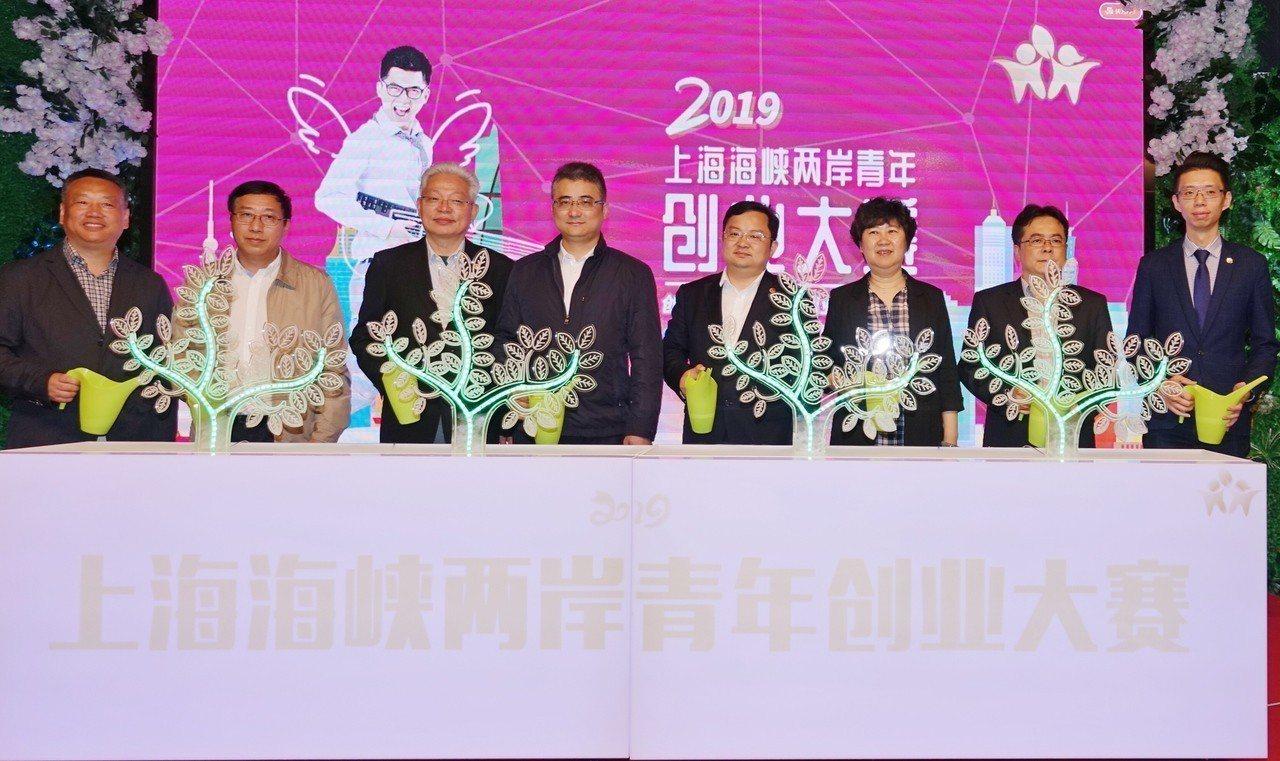 兩岸企業家峰會青年創業推進小組辦公室主任李偉(左三)、上海市台辦副主任李驍東...