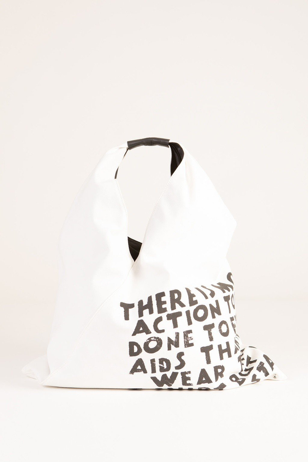 MM6經典對抗愛滋標語日本帆布包19,800元。圖/微風提供