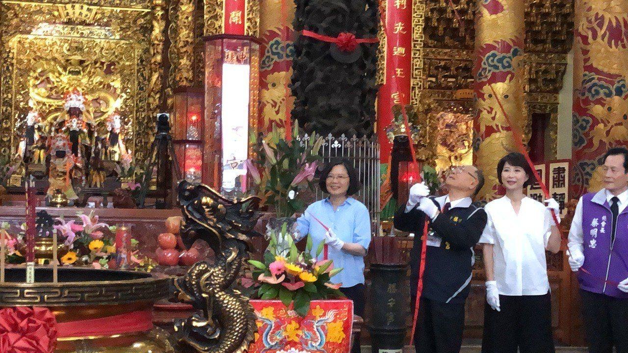 總統蔡英文傍晚抵達台南市北區勝安宮揭匾,這也是繼前任總統陳水扁、馬英九之後,第3...