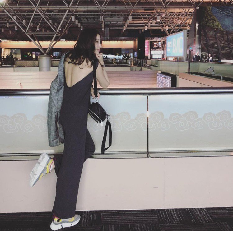 隋棠大露美背,穿著Sonnie春夏新款的磚紅撞色低筒襪套老爹鞋。圖/取自臉書
