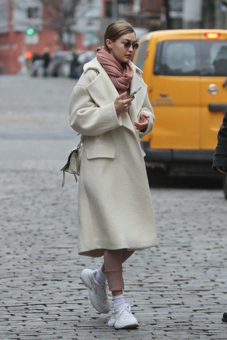 吉吉哈蒂德身穿maje W20白色運動鞋現身紐約街頭。圖/maje提供