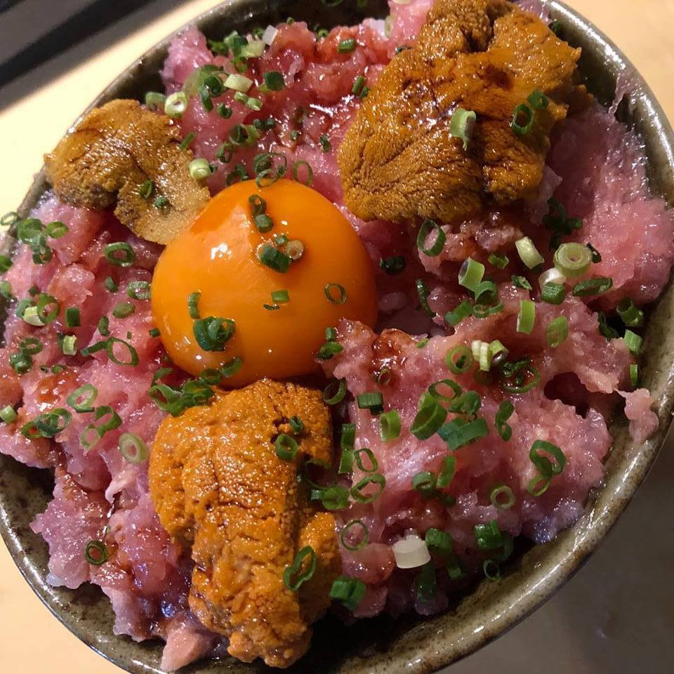 魚君海鮮丼以澎湃的海鮮料著稱。圖/摘自魚君海鮮丼專門店臉書