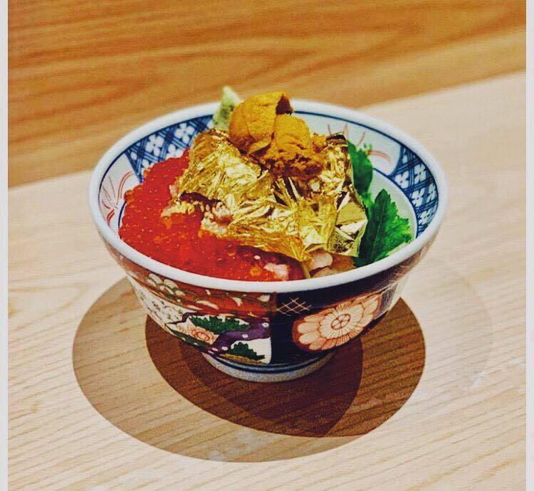 魚君海鮮丼專門店在海鮮丼加入金箔,視覺果然浮誇。圖/摘自魚君海鮮丼專門店臉書
