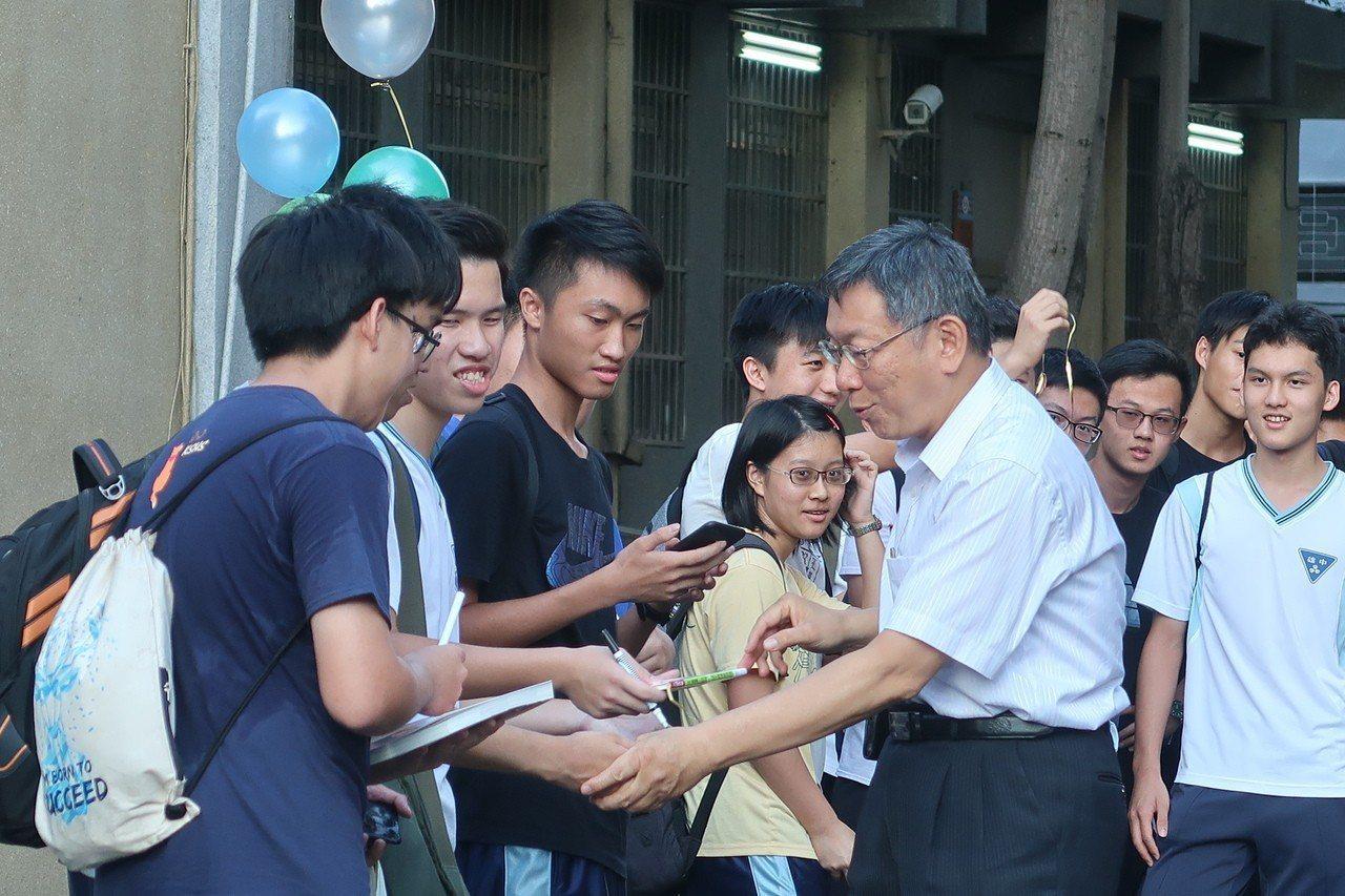 排隊擠不進演藝廳的雄中學生,賺到與柯P握手的機會。記者徐如宜/攝影