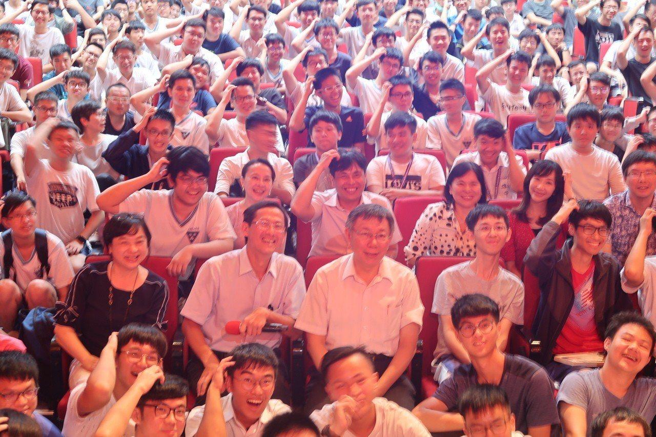 台北市長柯文哲到雄中演講,合影學生特別比出柯P撓頭的「招牌動作」。記者徐如宜/攝...