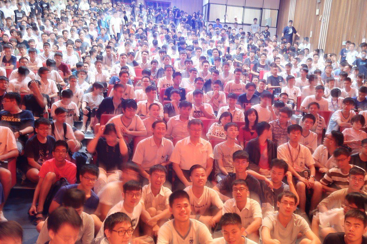 台北市長柯文哲到雄中演講,現場座無虛席,連走道都擠滿了。記者徐如宜/攝影