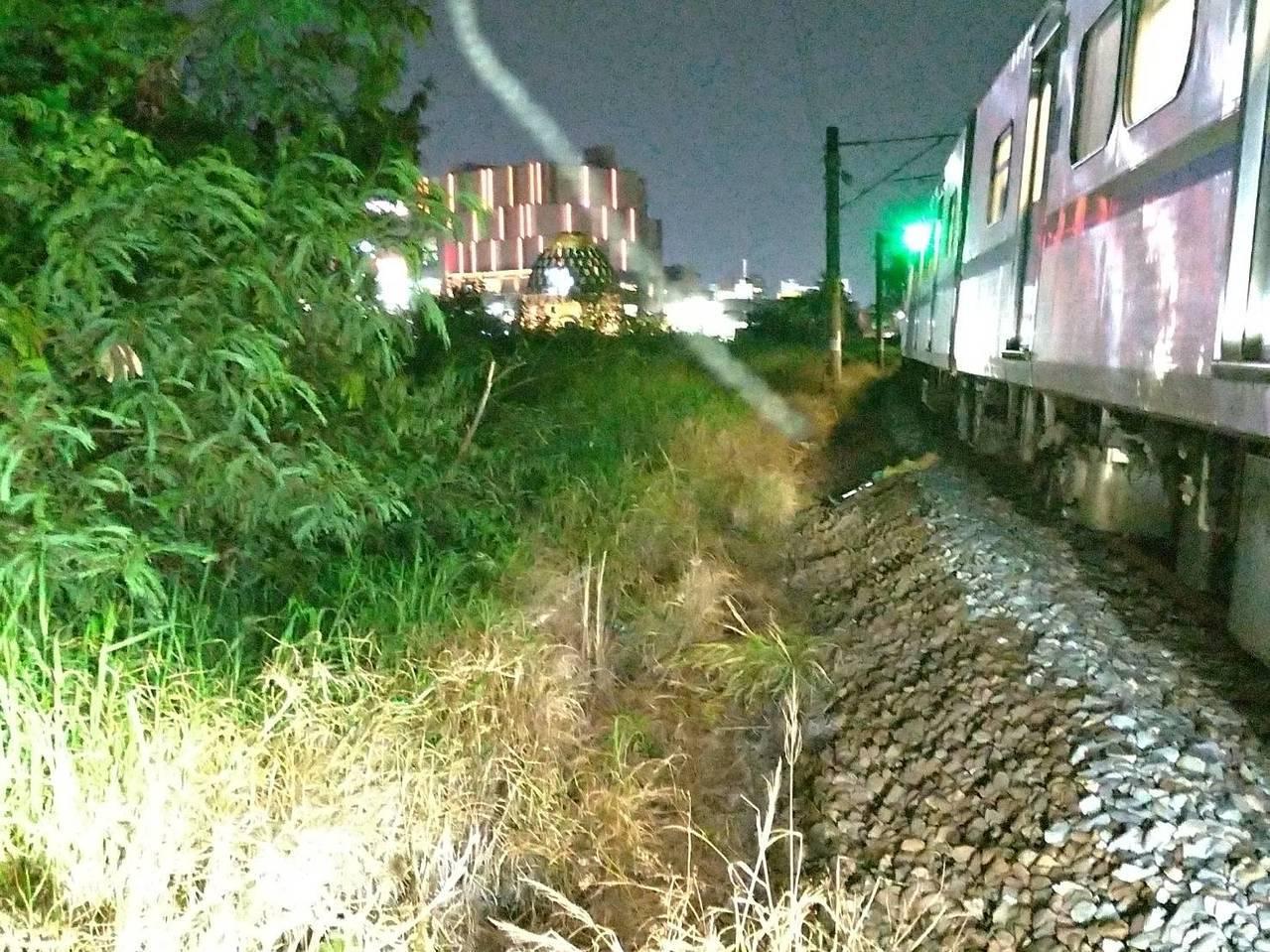 台鐵3267次從民雄開往嘉義的區間車今天晚間19點41在往嘉義站的東正線國華街平...