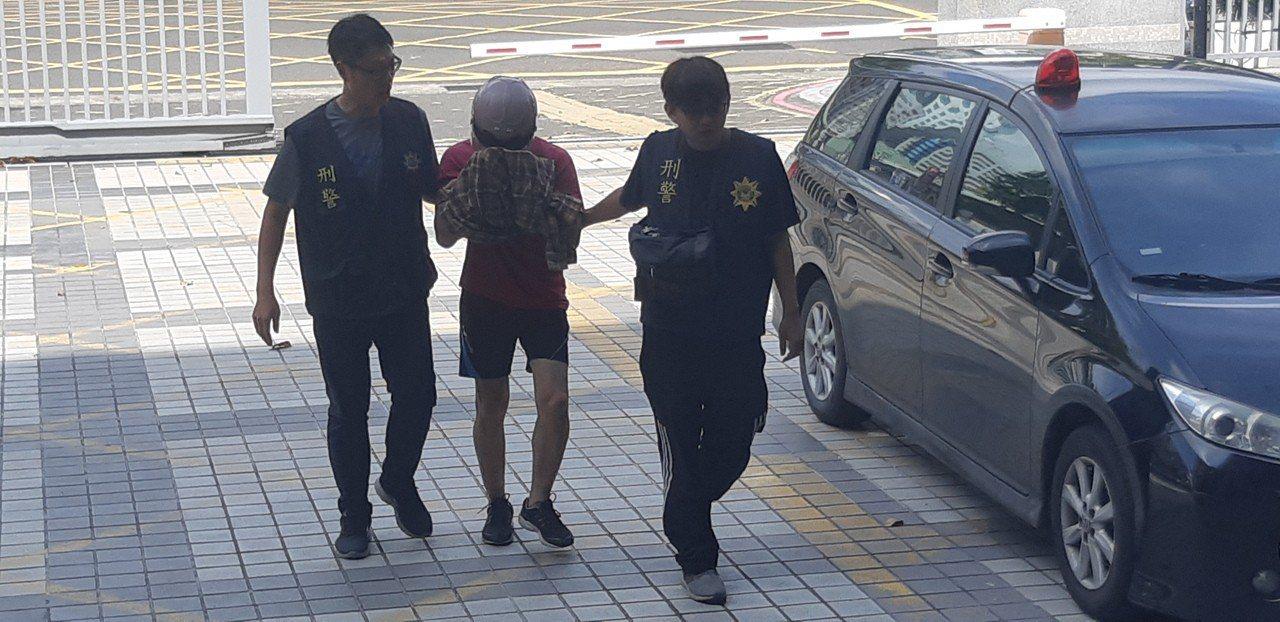 高雄市鼓山包裹炸彈案嫌犯戴男訊後被高雄地方法院裁定羈押禁見。記者賴郁薇/攝影